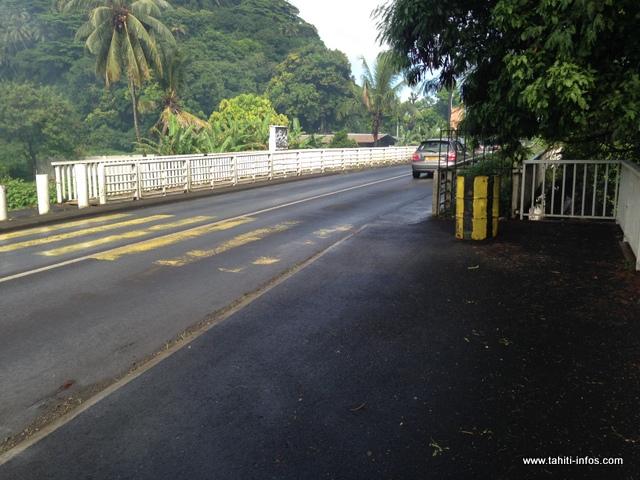 La passerelle de droite est fermée. Les piétons doivent traverser la route ou se déporter en bord de route pour arriver de l'autre côté du pont.