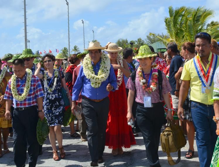 Le 6 mai 2015 à Hao, pour l'inauguration du projet de complexe aquacole, Edouard Fritch, le président du Pays avec les investisseurs chinois du groupe Tian Rui et le tavana de la commune,  Théodore Tuahine.
