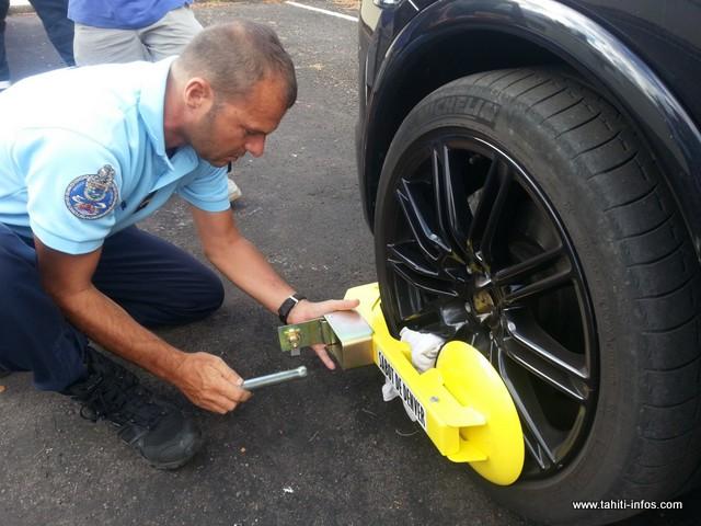 Le chauffard pris en faute dimanche avait la mine des mauvais jours, cet après-midi, quand deux gendarmes ont procédé à la pose du sabot d'immobilisation.