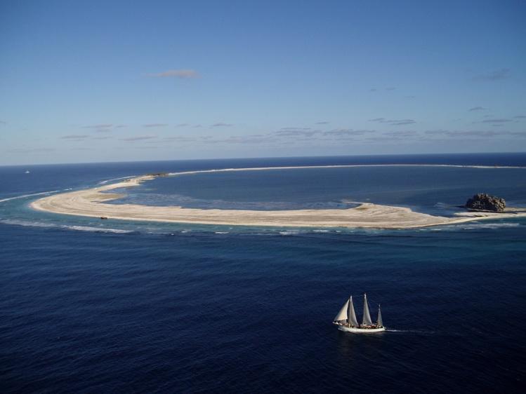L'atoll de Clipperton, à plus de 1 000 km au large des côtes mexicaines, où eut lieu la tragédie ; cette terre est aujourd'hui à la France, rattachée à la Polynésie française.