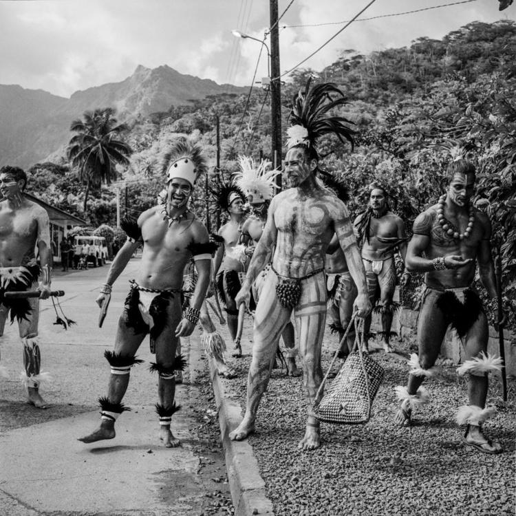 """Des représentants de Rapa Nui attendent l'ouverture du festival. """"Le noir et blanc me permet de ne garder que l'essentiel, l'esprit intemporel du lieu, de la culture, des Marquisiens"""", souligne Pascal Bastien. Photo : Pascal Bastien"""