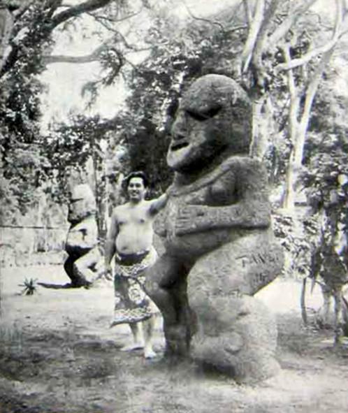 Les deux Tiki à Tahiti au musée Océanien de Papeete en 1934. Photo L'illustration.