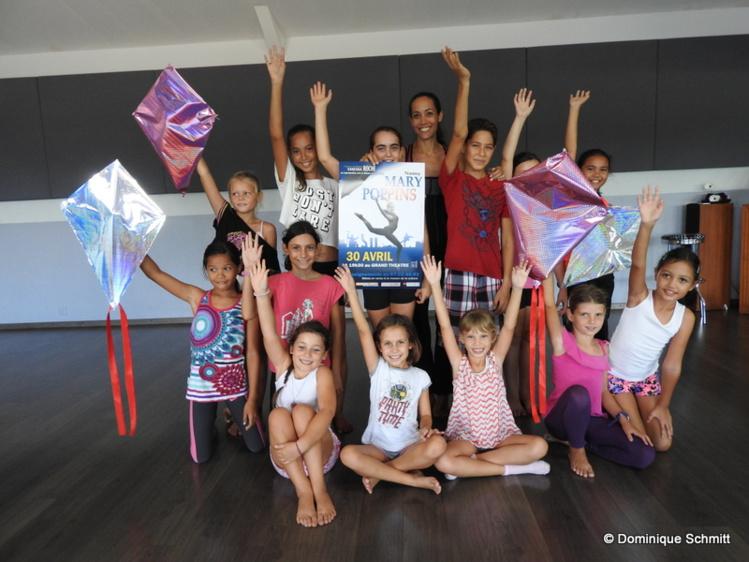 """Cent danseurs, âgés de 4 à 50 ans, vous feront voyager dans l'univers magique de """"Mary Poppins"""" le 30 avril prochain."""