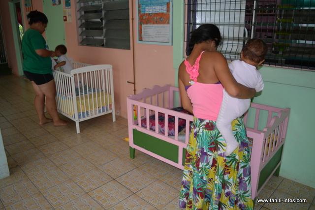Après leur journée de travail, les jeunes mères s'occupent de leurs bébés