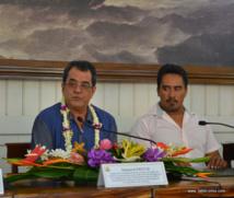 Edouard Fritch présente les détails du projet aquacole de Hao à son retour d'une mission d'une semaine en Chine auprès des investisseurs de Tahiti Nui Ocean Foods. A ses côtés le maire de Hao, Théodore Tuahine.