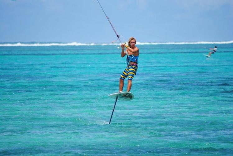 Théo pratique le kite sous toutes ses fomes, vagues, vitesse ou même foil