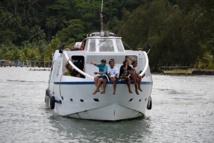 En raison de leur éloignement certains élèves polynésiens ne rentrent chez eux pour les vacances que tous les trimestres, à peine deux fois par an pour les lycéens des archipels éloignés scolarisés à Tahiti.
