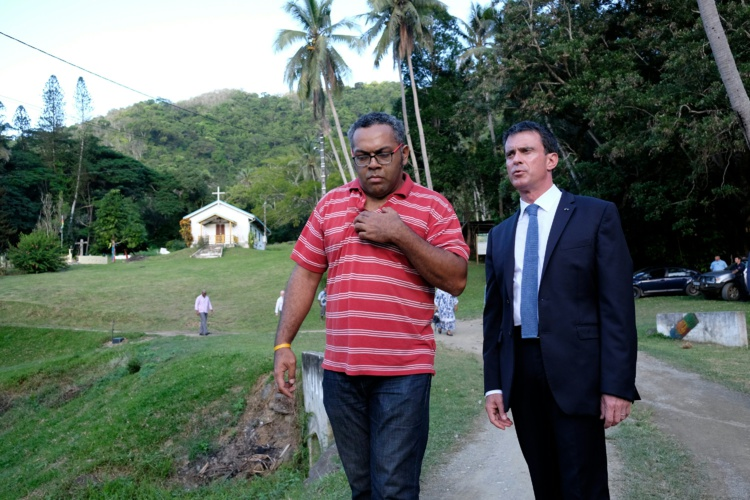 Manuel Valls a rencontré des membres de la tribu Tiendanite . Photo : AFP
