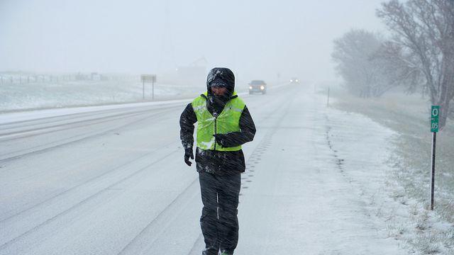 L'ultra-fondeur français Serge Girard court sous une tempête de neige à Cheyenne dans le Wyoming lors de son tour du monde, le 26 avril 2016  afp.com/THOMAS GIRARD
