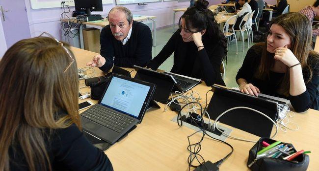 """Les élèves de Première ES lors d'une """"classe inversée"""" à Metz JEAN-CHRISTOPHE VERHAEGEN  /  AFP"""
