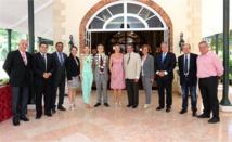 Lionel Beffre avec le gouvernement de la Polynésie française pour une photo souvenir.