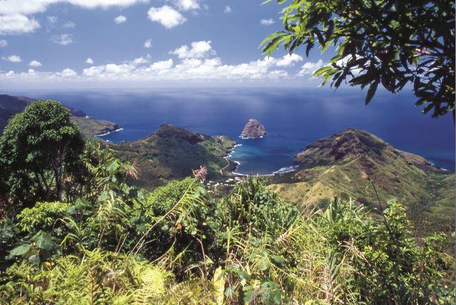 Les deux plus belles vallées de Ua Huka, où ont été trouvés les tiki sacrés que nous évoquons aujourd'hui : au centre, la baie de Hane et, sur la gauche, la baie de Hokatu.