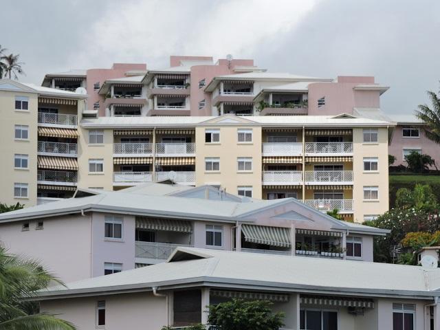 """« Nombre de foyers polynésiens éprouvent des difficultés à se loger dignement, alors même que leurs revenus dépassent deux SMIG. Il convenait donc de leur apporter une réponse en termes de logements à des prix abordables"""", souligne le gouvernement dans l'exposé des motifs du projet de loi du Pays."""
