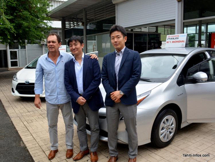 Lionel Foissac, P-dg de Nippon Auto Moto, Ryota Hatakeyama et Takayushi Shimbo, de Toyota, posent devant la Prius C et la Prius