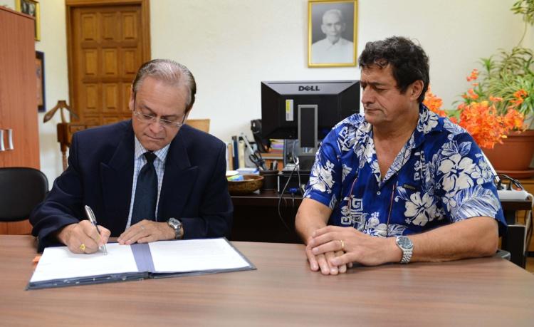 Le ministre de la Santé et de la Recherche, Patrick Howell, a signé mercredi, à midi, le protocole de fin de conflit, avec le secrétaire général de la Confédération syndicale CSTP-FO, Patrick Galenon