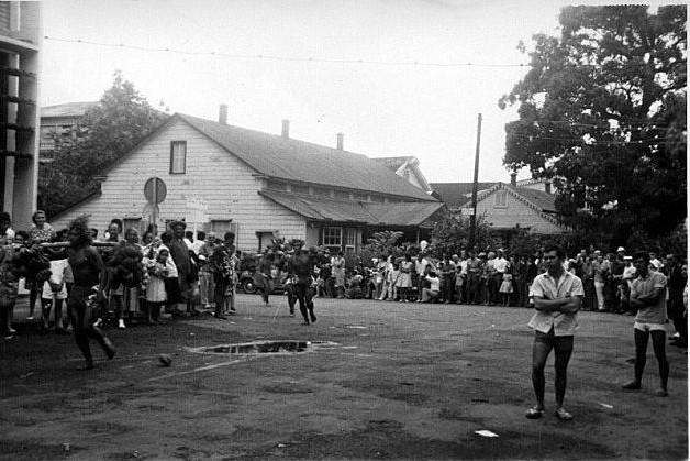 Pierre Carabasse. Course de porteurs de fruits devant la Maison de la Reine Marau en juillet 1966