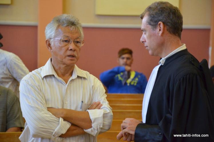 Gaston Tong Sang en compagnie de son avocat, maître Jourdaine, mardi matin au palais de justice de Papeete.