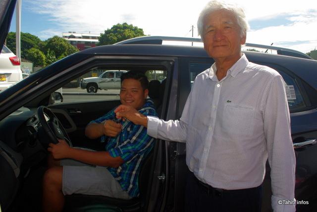 Ariimanarautaumaiterai Wang Cheoui reçoit les clefs de sa voiture des mains d'Albert Moux