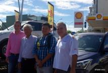 de gauche à droite : Alain Pontonnier, directeur commercial de Shell-Pacific, Albert Moux, Pdg de Shell, Ariimanarautaumaiterai Wang Cheou, l'heureux gagnant, Stanford Walker, gérant de la station Shell de Mahina