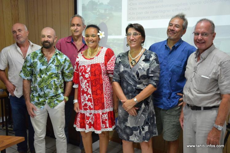 L'équipe d'encadrement de l'antenne Météo-France de Tahiti Faa'a, autour de la directrice régionale, Isabelle Leleu.