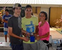 Ticia, Tehau et Tera, du collège de Taravao, avec leur robot