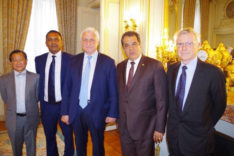 Alexander Orlov entouré du président Fritch et de Tearii Alpha, en compagnie de l'homme d'affaires Dominique Auroy et de Thierry Nuhn-Fat, conseiller spécial d'Edouard Fritch.