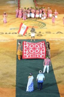 Lors de la cérémonie d'ouverture, le ministre de la Culture, Heremoana Maamaatuaiahutapu, a remis aux organisateurs un tifaifai rouge et blanc, les couleurs officielles de la délégation.