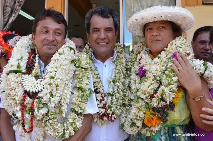 Nuihau Laurey et Lana Tetuanui (ici en compagnie d'Edouard Fritch), après leur élection lors des sénatoriales partielles de Polynésie française, le 3 mai 2015.