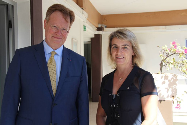 Le haut-commissaire René Bidal aux côtés de Cécile Leingre, présidente du tribunal de première instance de Papeete.