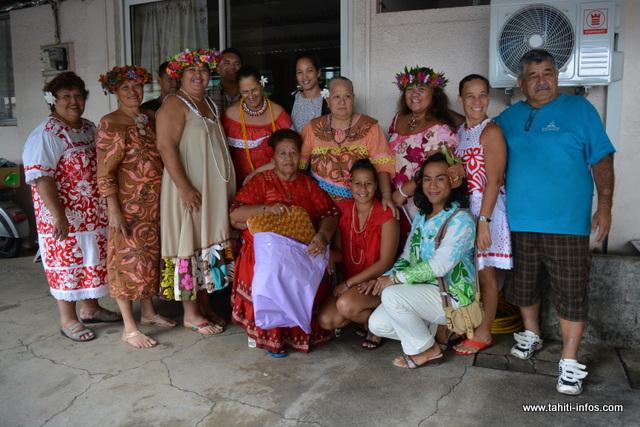 La délégation a été reçue chez mamie Tisiola Teihotata, âgée de 72 ans. Tisiola a quatre  enfants et sept petits-enfants.