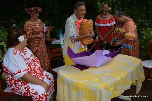 Un cadeau a été offert à chaque mama. Sur cette photo, Mélia Taero très émue après l'ouverture du paquet.