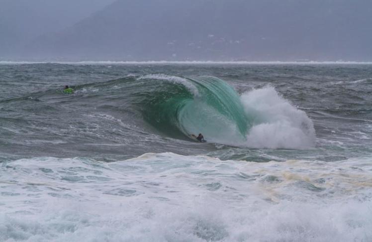 Tahurai Henry, est un des surfeurs pro de Tahiti © Matt Castiglione