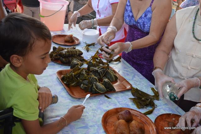 Pour célébrer la fête du tsoung, le public a eu droit à une démonstration de la préparation de ce met, pour le bonheur des petits et des grands