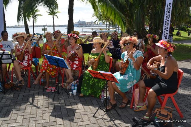 Le groupe des vahine de l'association Phisigma avec leur ukulele samedi, pour démontrer que la communauté chinoise s'est bien imprégnée de la culture polynésienne