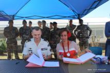 Signature de la convention en présence de Nicole Sanquer-Fareata et le lieutenant-colonel Philippe Payré.