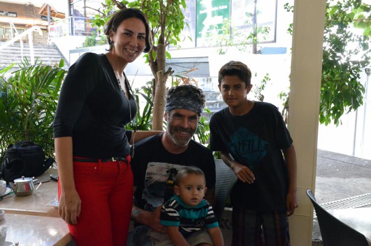 Narai, Toarai 13 mois et Raitea 10 ans posent ravis d'avoir faire la connaissance de Pierpoljak