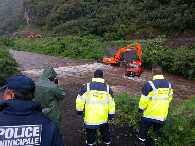 Un camion en difficulté dans la rivière de la ZI de la Punaruu.