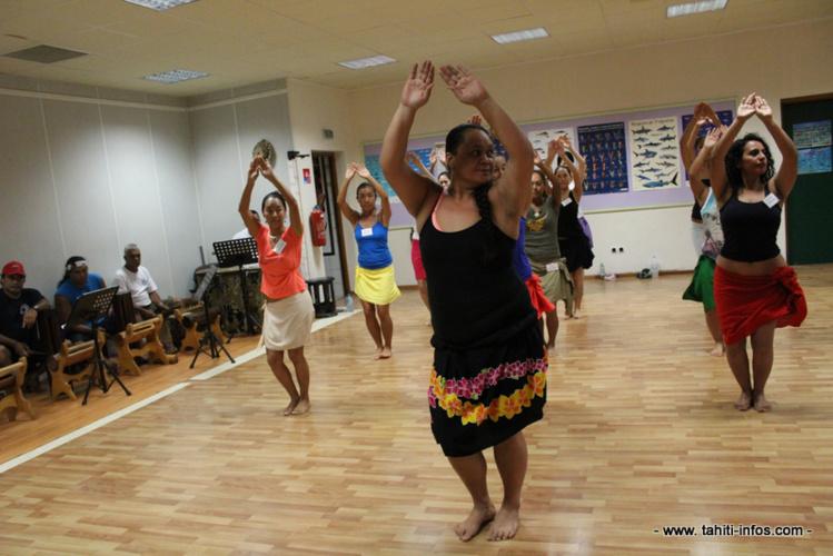 Les danseuses du stage ainsi que une de leurs professeurs (au premier plan) lors de leur premier jour.