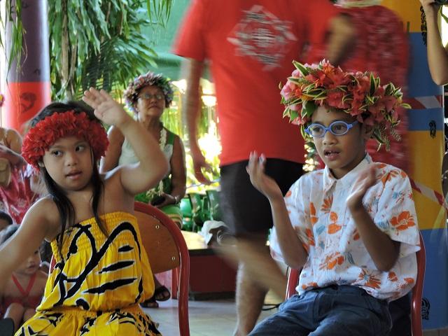 Les enfants ont présenté des PĀTA'UTA'U (comptines). Ici, ce chant leur a permis d'apprendre les différentes parties du corps. En chantant et en s'amusant, l'apprentissage se fait plus facilement.
