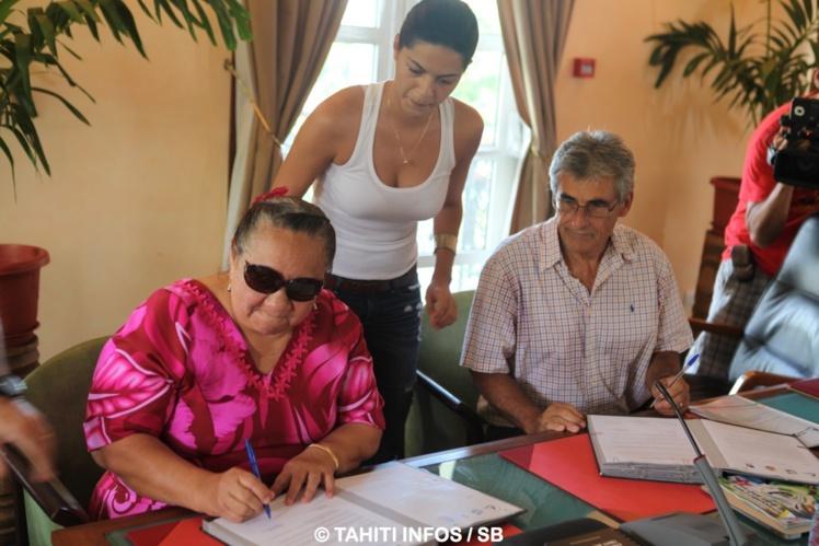 Henriette Kamia et Jean Chicou ont signé la convention apportée par Titaina Frebault de la Mairie de Pirae