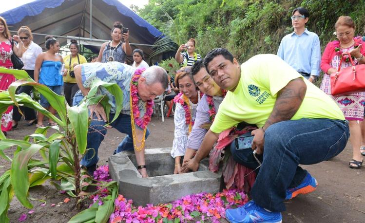 Lors de la cérémonie de pose de la première pierre du futur espace de loisir de Punanui (Punaauia), vendredi après-midi.