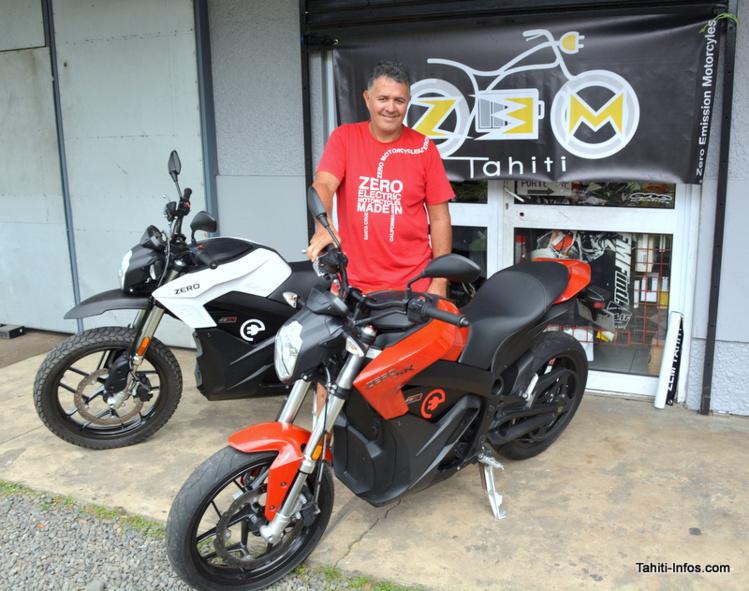 Teva Juventin et deux des trois modèles de moto électrique qu'il importe