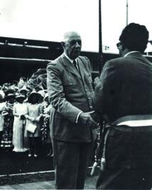 Charles de Gaulle accueilli à Tahiti par Francis Sanford, en septembre 1966. C'est le général qui voulut à tout prix doter la France de la bombe.