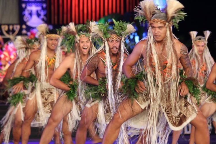 Les danseurs et danseuses de Taiarapu Ouest dans leur tenue végétale.