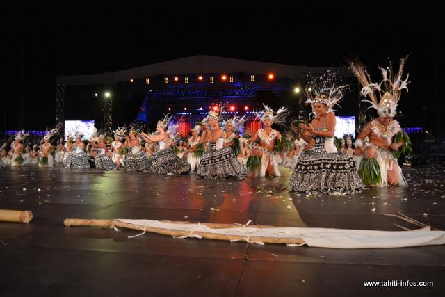 """"""" L'ancien"""" représenté ici par les femmes en """"grande robe"""" et la nouvelle génération représentée par les danseurs et danseuses lors de leur prestation dans le grand costume."""