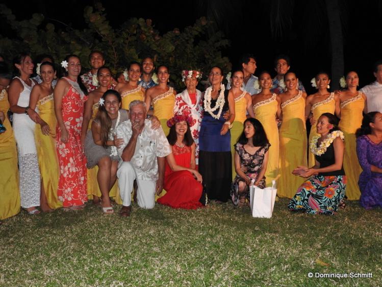 Photo de famille, avec tous ses proches et les artistes de Tahiti Ora.