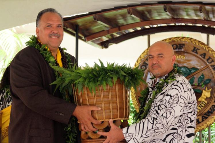 Pour la remise des cadeaux, des pahu ont été échangés, lien sacré entre les deux communes