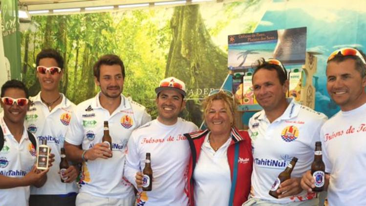 A Roscoff, le stand de Tahiti du Tour de France à la voile a invité les 12 arbitres et les coureurs tahitiens pour une dégustation de produits locaux.