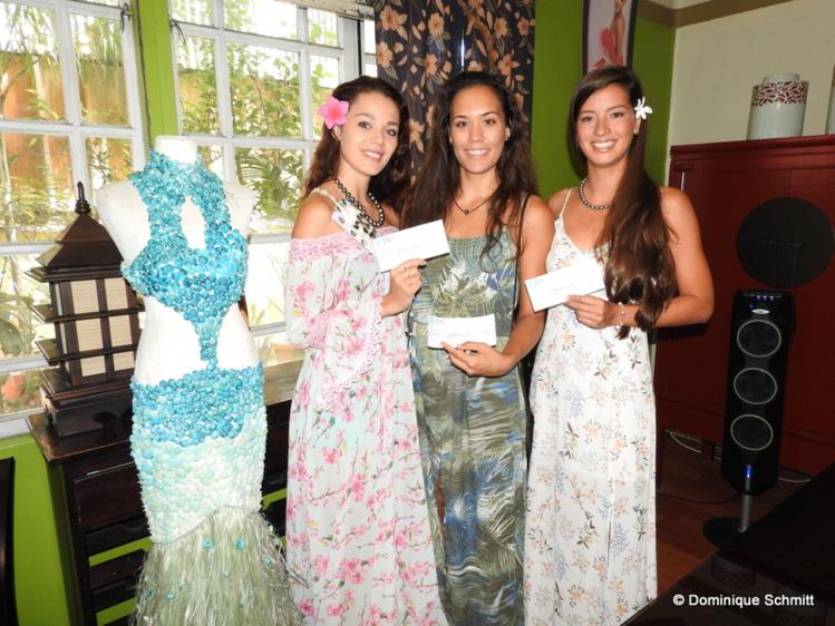 De gauche à droite, Vaea Ferrand, Maire Bu-Luc et Vaiata Buisson ont reçu chacune un chèque pour leurs tenues en matériaux naturels.