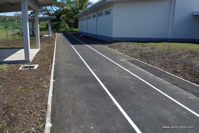 La piste dédiée à l'athlétisme a été installée à l'arrière du collège.